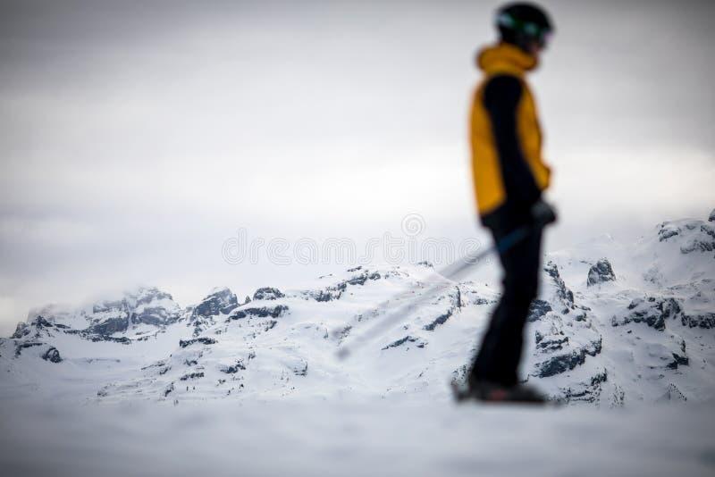 Кататься на лыжах лыжника покатый в горах стоковые изображения rf