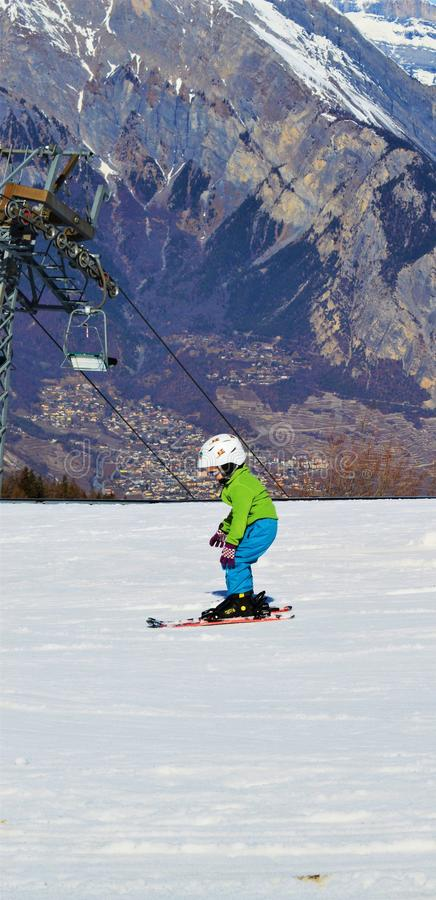 Кататься на лыжах в швейцарце Альпах в зимних днях стоковые фотографии rf