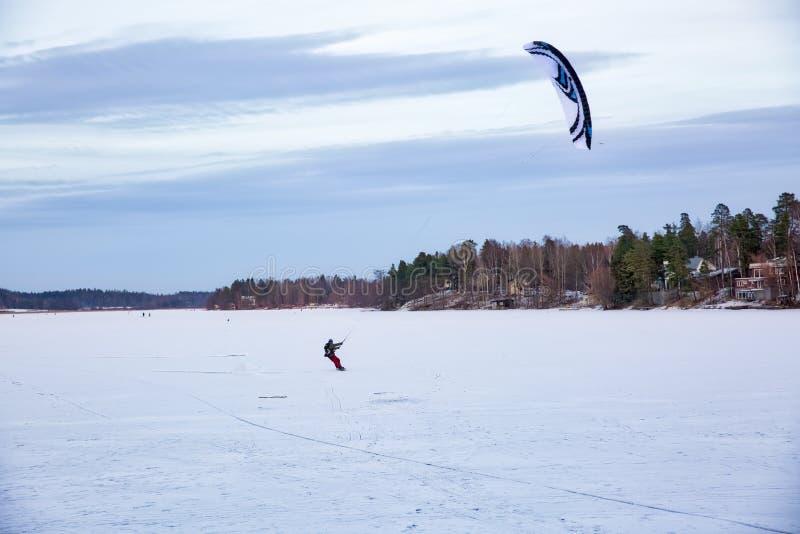 Кататься на лыжах с парашютом стоковые фото
