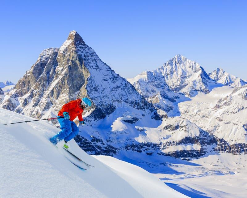Кататься на лыжах лыжника покатый стоковые изображения rf