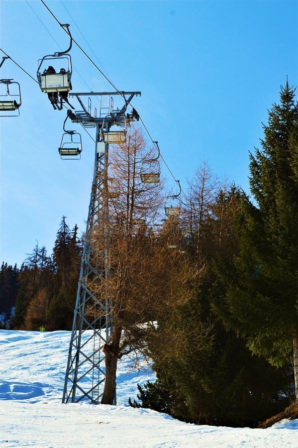 Катающся на лыжах в швейцарце Альпах, подвесные подъемники стоковое фото rf