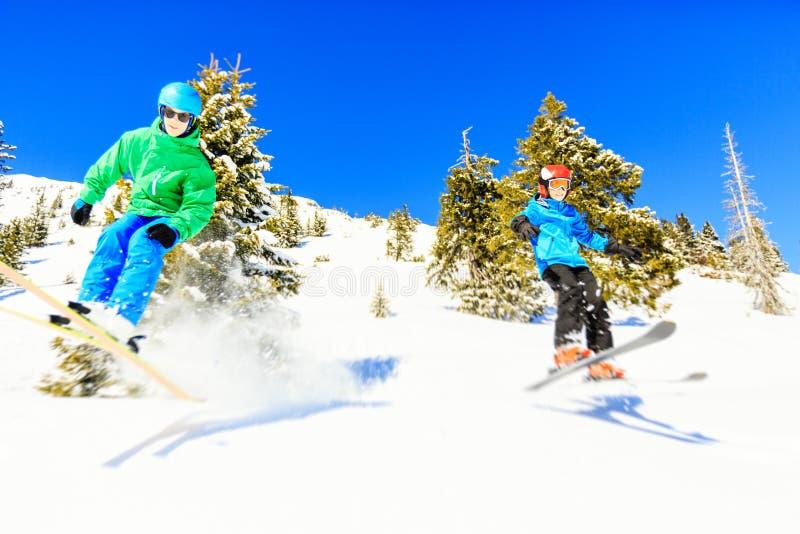 Катаясь на лыжах подростковые отпрыски стоковое изображение