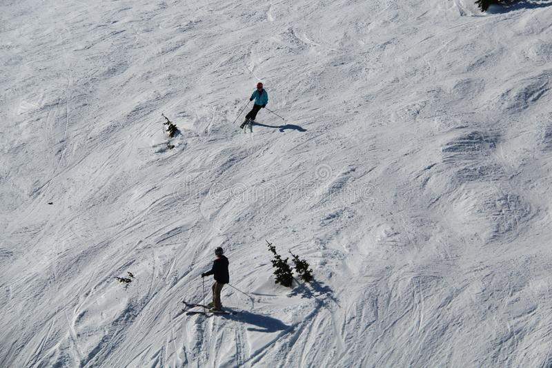 Катаясь на лыжах черный Whistler ДО РОЖДЕСТВА ХРИСТОВА Канада наклонов стоковые изображения rf
