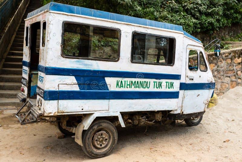 Катманду, Непал - 4-ое ноября 2018: Стоянка рикши или мото-такси мотора на улице Катманду 3-катят моторизованный корабль стоковые фото