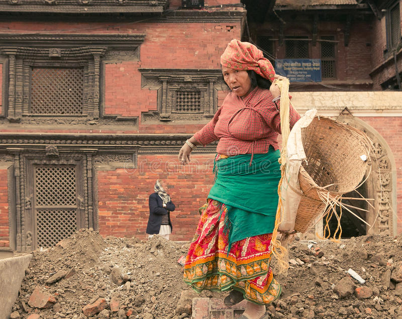 Катманду/Непал 1-ое января 2017 женщины отстраивать здания поврежденные erthquake стоковое изображение