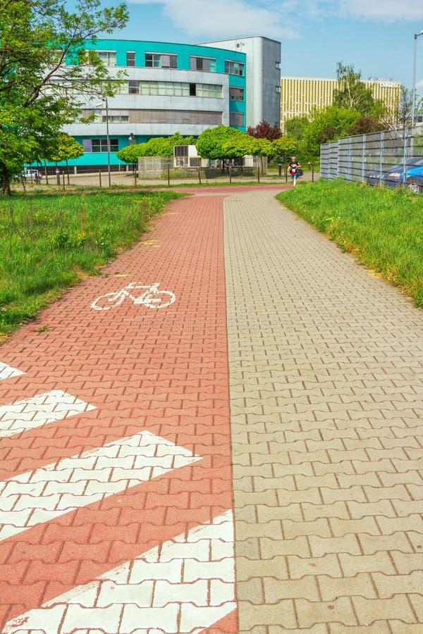 Катовице, Польша - взгляд тропы города разделил для пешехода и bicycles зоны стоковое фото