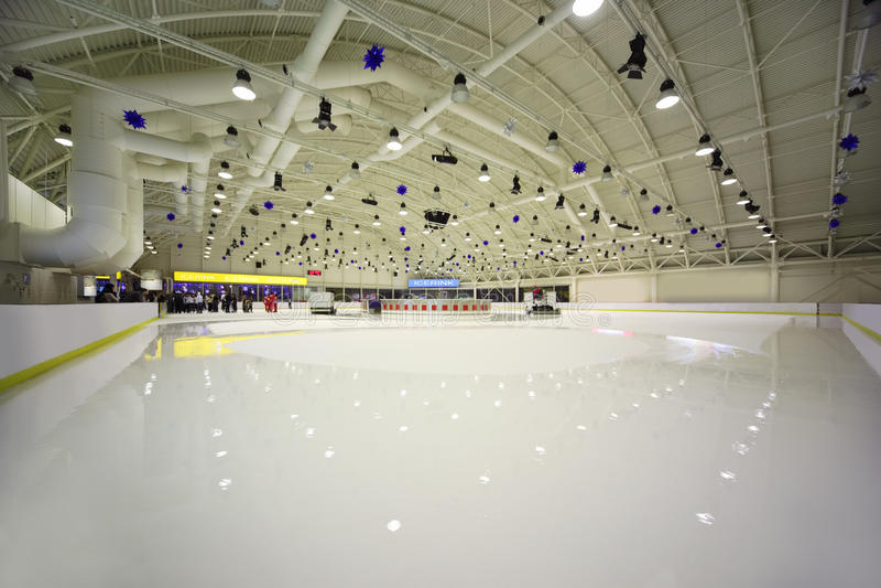 каток льда крытый большой светлый стоковое изображение rf