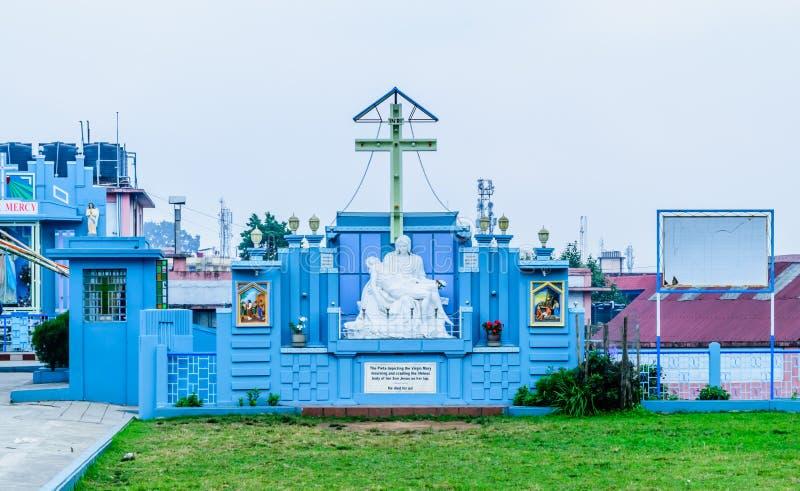 Католическая церковь собора, Shillong Индия 25-ое декабря 2018 - готический архитектурный стиль показывая деву марию оплакивая и стоковые изображения rf