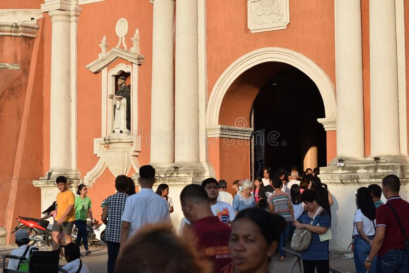 Католические подвижники приходя вне от портала собора во время страстной пятницы, как часть торжеств святой недели стоковая фотография rf