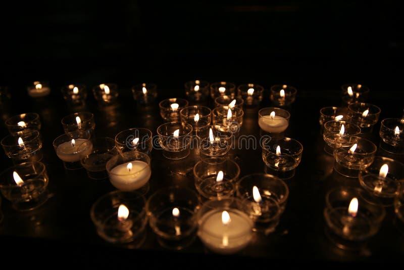 Католические свечи и стеклянные подсвечники стоковые изображения