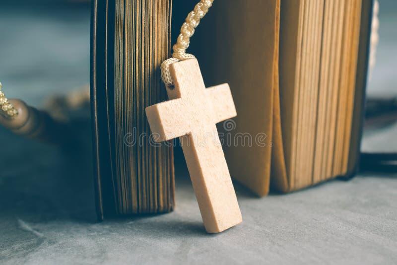 Католический розарий отбортовывает с старой книгой на молитве таблицы цемента, rosa стоковое фото