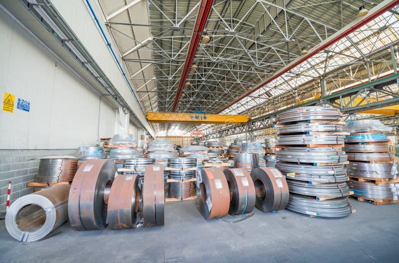 Катушки металла в промышленном складе стоковое фото rf