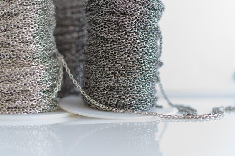 Катушки с цепями bijouterie металла на белой предпосылке стоковые фотографии rf