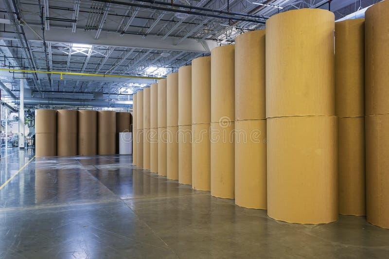 Катышкы бумаги в заводе печатания стоковые фото