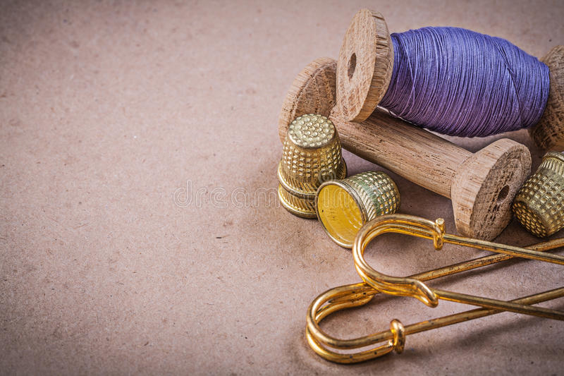 Катышкы колец шить потоков сжимают штыри на винтажном backgrou стоковое фото