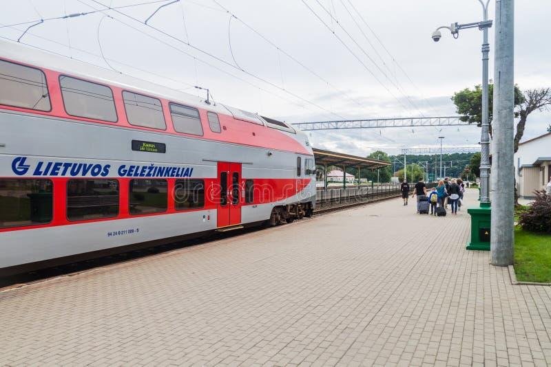 КАУНАС, ЛИТВА - 16-ОЕ АВГУСТА 2016: Поезд на главном ж-д вокзале в Каунасе, Lithuani стоковая фотография rf