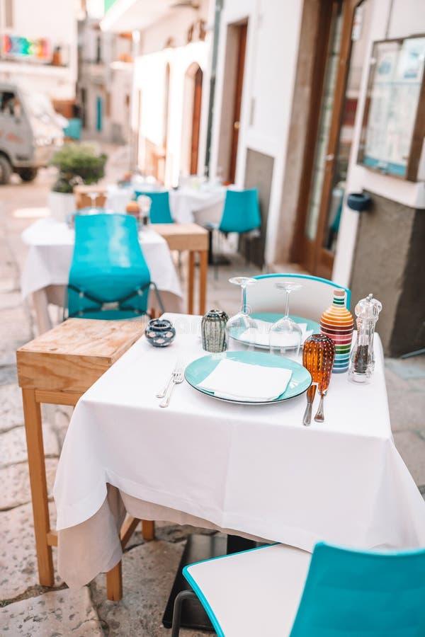 Кафе лета пустое на открытом воздухе в туристском месте в Италии стоковое фото