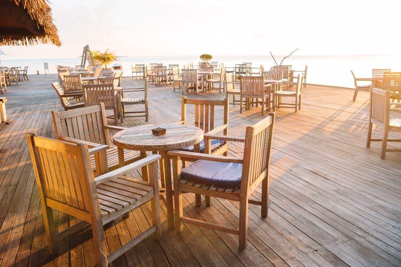 Кафе лета пустое на открытом воздухе на экзотическом острове на seashore стоковая фотография