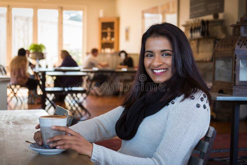 Кафе молодой женщины стоковая фотография