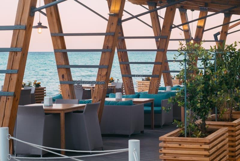 Кафе улицы с таблицами и терраса морем черное море Крым, Ялта стоковые фотографии rf