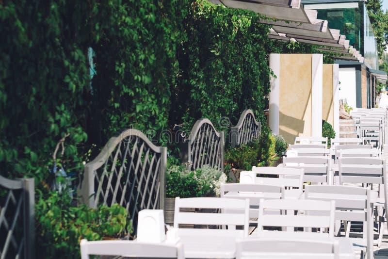 Кафе улицы с таблицами и террасой черное море Крым, Ялта стоковые фото