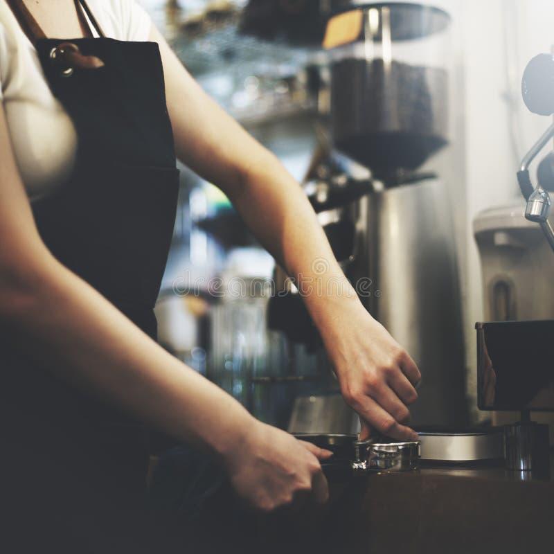 Кафе Barista делая концепцию обслуживания подготовки кофе стоковые изображения