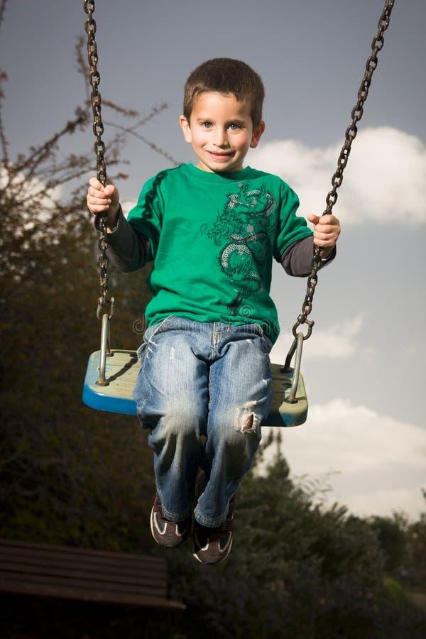 качание мальчика стоковая фотография rf