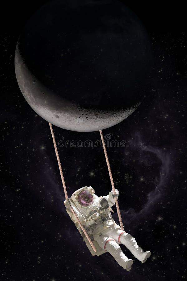 Качания астронавта на качании веревочки прикрепленном в луну стоковое изображение