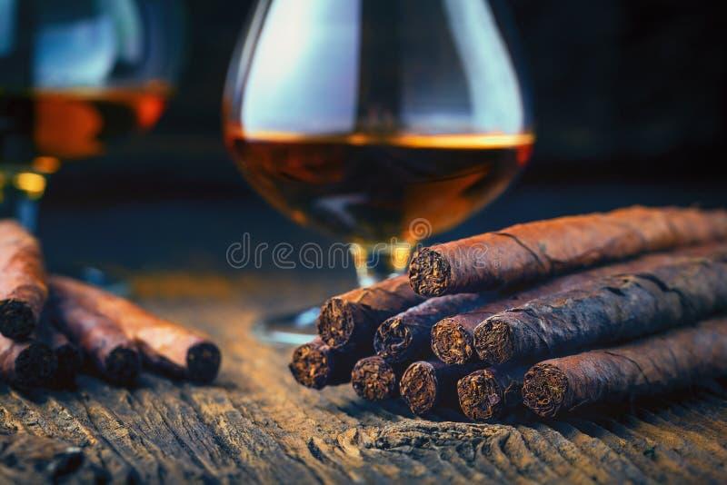 качественные сигары и коньяк