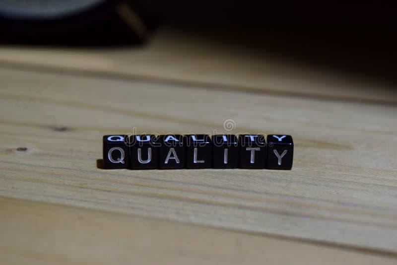 Качество написанное на деревянных блоках Образование и принципиальная схема дела стоковая фотография