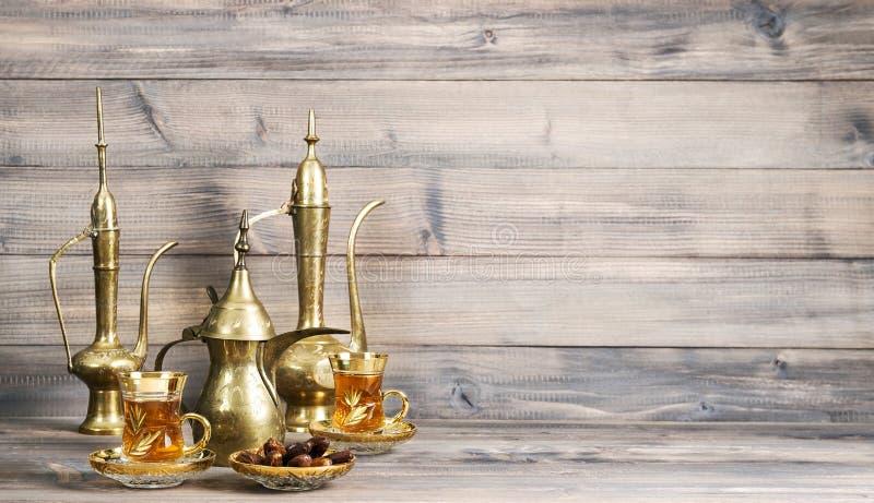 Качковый стол финишировал золотым восточным декоративным деревянным фоном стоковое изображение rf