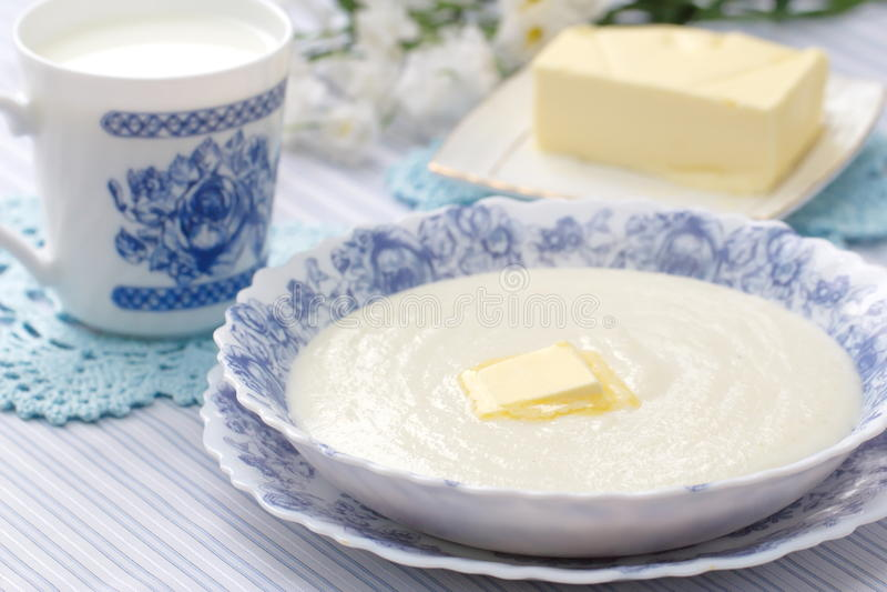 Каша манной крупы с свежими маслом и молоком стоковая фотография rf