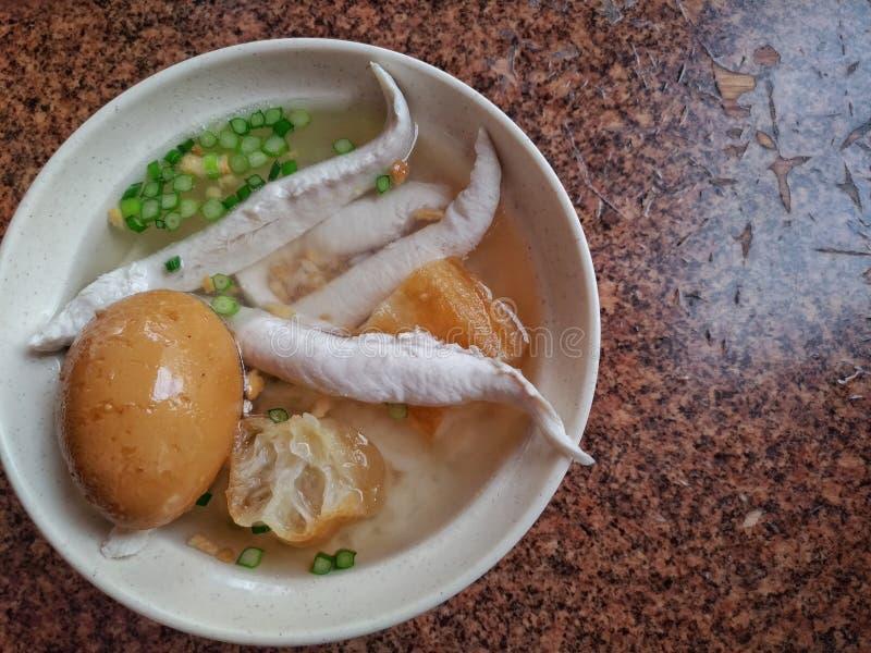 Каша Milkfish с spiced corned яичком и оладь оладьями Очень очень вкусная традиционная тайваньская еда стоковые изображения