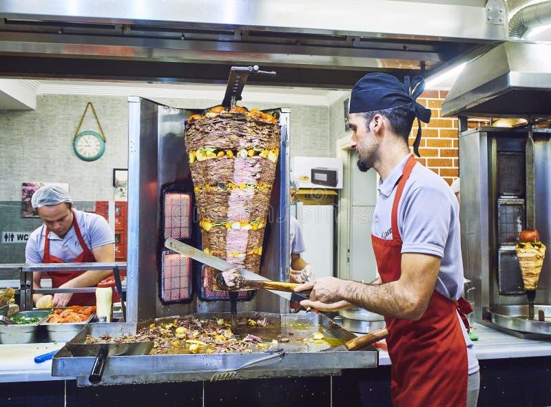 Кашевары варя традиционный Turkish Doner Kebab в стойле улицы индюк стоковое фото rf