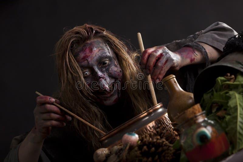 Кашевары ведьмы в кухне witchs стоковое фото