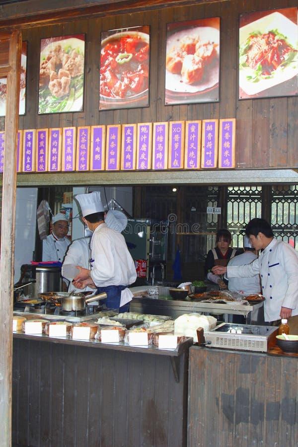 Кашевары подготавливают еды в ресторане взятия отсутствующем в городке Wuzhen воды, Китае стоковая фотография