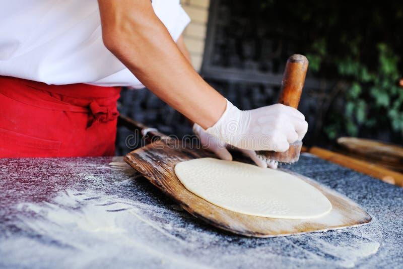 Кашевар делает точное основание для конца-вверх пиццы стоковая фотография rf