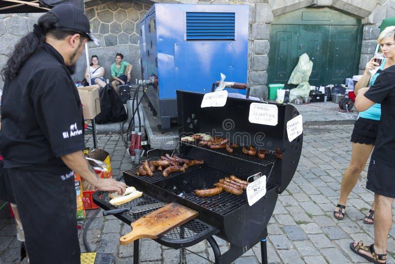 Кашевар и гриль на популярном фестивале еды улицы Naplavka в Праге стоковая фотография