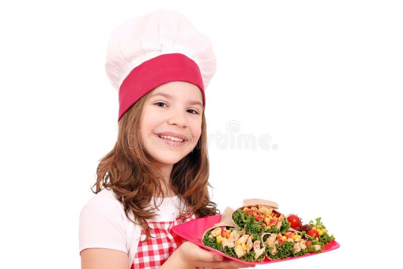 Кашевар маленькой девочки с фаст-фудом буррито стоковая фотография