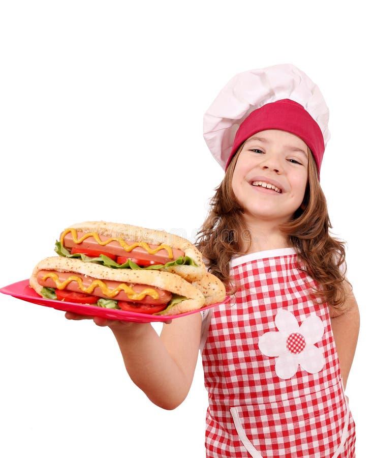 Кашевар маленькой девочки с хот-догами стоковая фотография rf