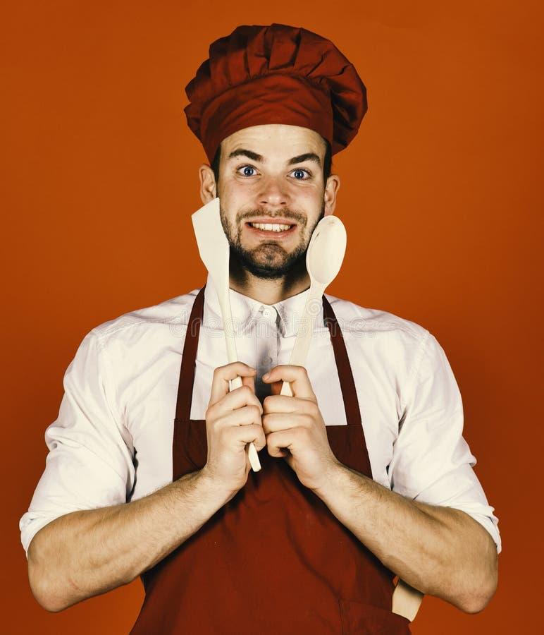 Кашевар работает в кухне женщина вектора подготовки кухни иллюстрации еды Шеф-повар с счастливой стороной держит ложку и шпатель стоковое изображение rf