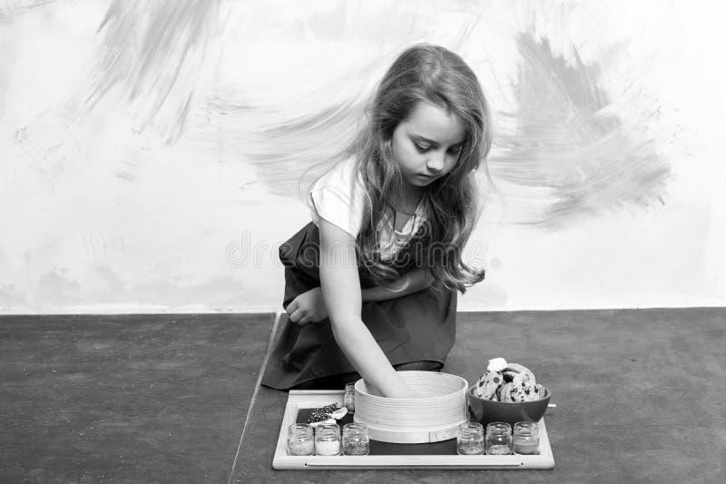Кашевар ребёнка с печеньями стоковые фотографии rf