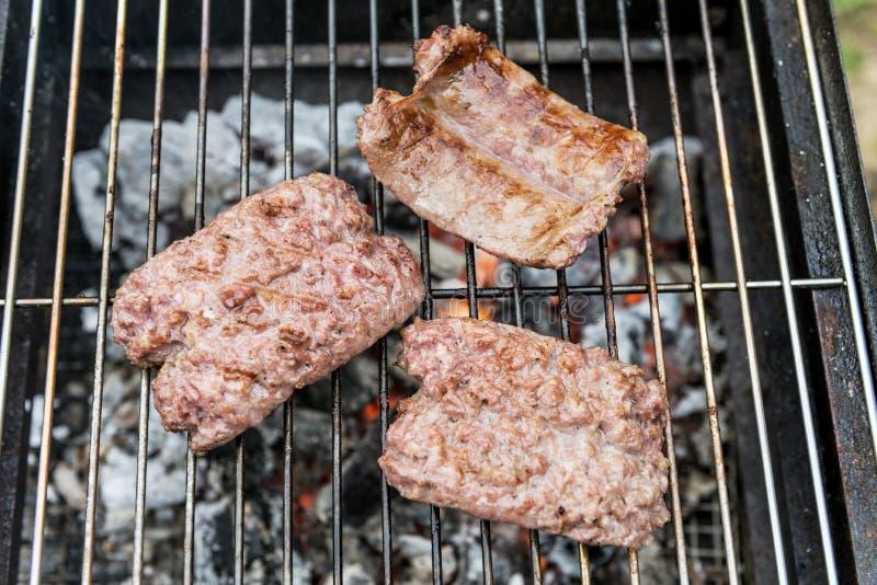 Кашевар сосисок на гриле стоковая фотография