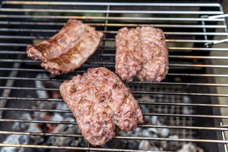 Кашевар сосисок на гриле стоковое изображение