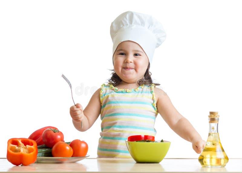 Кашевар шеф-повара девушки ребенка с свежими овощами стоковые изображения