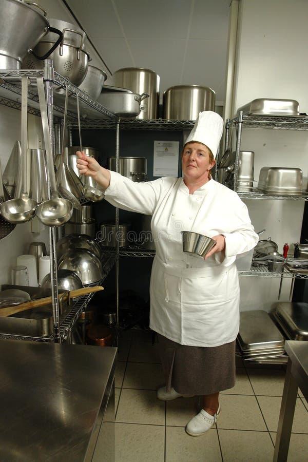 кашевар шеф-повара подготовляя к стоковое изображение