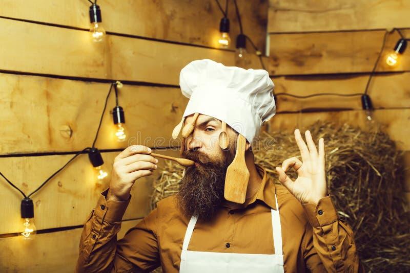 Кашевар шеф-повара с деревянными ложками стоковые фото