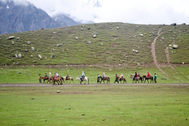 Кашмир, Индия октябрь 2018 - взгляд ландшафта Gulmarg популярная сцена назначения станции холма летом индийского государства  стоковое изображение