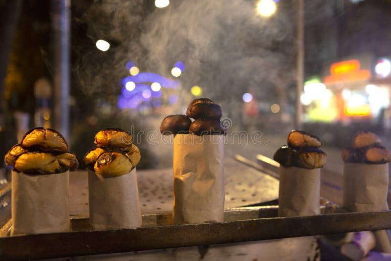 Каштан зажаренный в деревянном огне стоковое изображение