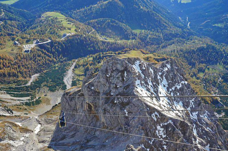 Каюта в каменистых горах над зеленым ландшафтом стоковые изображения
